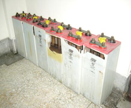 案例中电池为92颗串接使用,而电池却在充电状况下,蓄电池发生爆炸